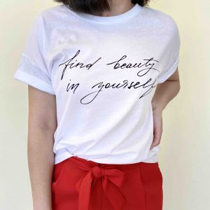 camiseta blanca con la frase find beauty in yourself