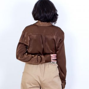 camisa raso marrón bolsillos